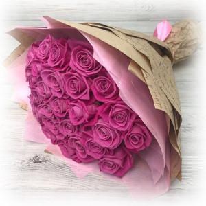 Букет 25 розовых роз в сизале