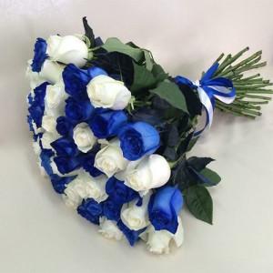 Букет 35 белых и синих роз
