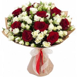 Букет красных роз и белых кустовых роз