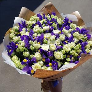 Букет синих ирисов и белых кустовых роз