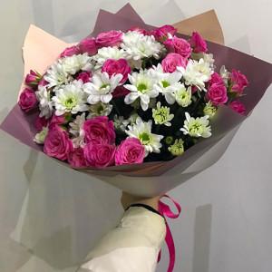 Букет хризантем и розовых кустовых роз