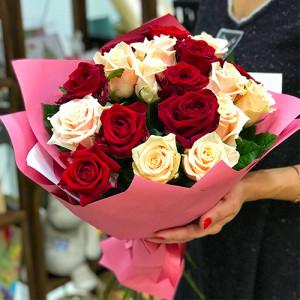 Букет Микс 19 красных и кремовых роз