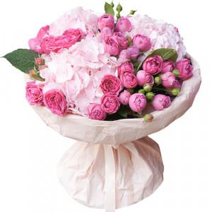 Букет из розовых гортензий и роз мисти баблз