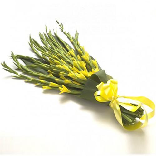 Букет 15 желтых гладиолусов