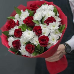 Букет красных роз и белых хризантем