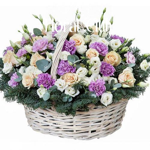 Новогодняя корзина с розами, эустомой и гвоздиками