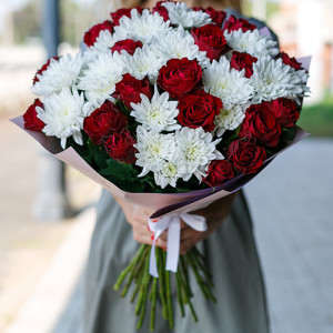 Букет из красных роз и кустовых хризантем