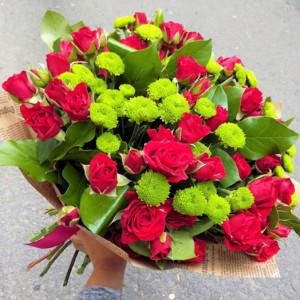 Букет красных кустовых роз и зеленых хризантем