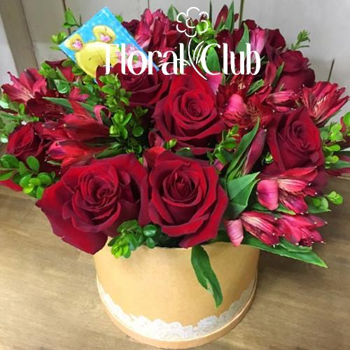 Розы и альстромерии в шляпной коробке