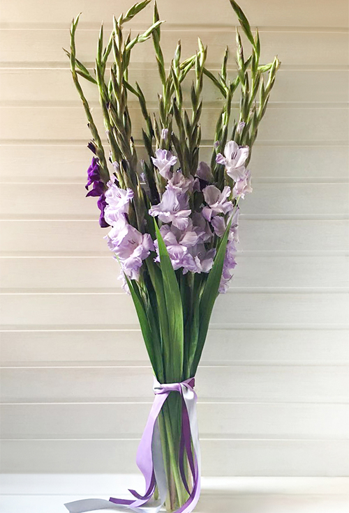 Стильный букет с гладиолусами, цветы выборге